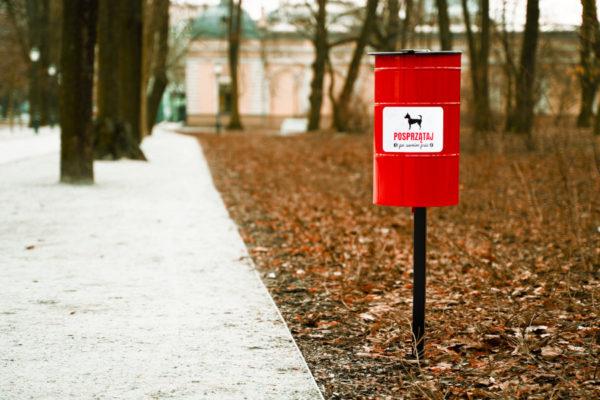 Kosz Tobi na psie odchody zdjęcie w parku zimą malaarchitektura.info.pl
