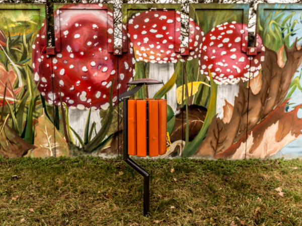 kosz parkowy Gladiator zdjęcie na tle graffiti z muchomorem malaarchitektura.info.pl