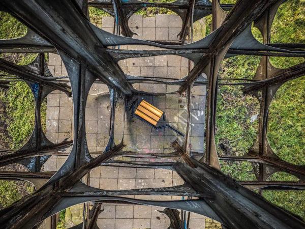 kosz parkowy Gladiator z popielnicą zdjęcie w industrialnym otoczeniu malaarchitektura.info.pl
