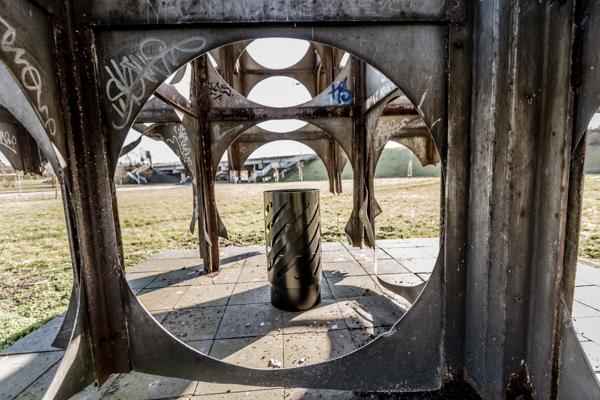 Kosz Ateny III zdjęcie na tle rzeźby industrialnej mamaarchitektura.info.pl