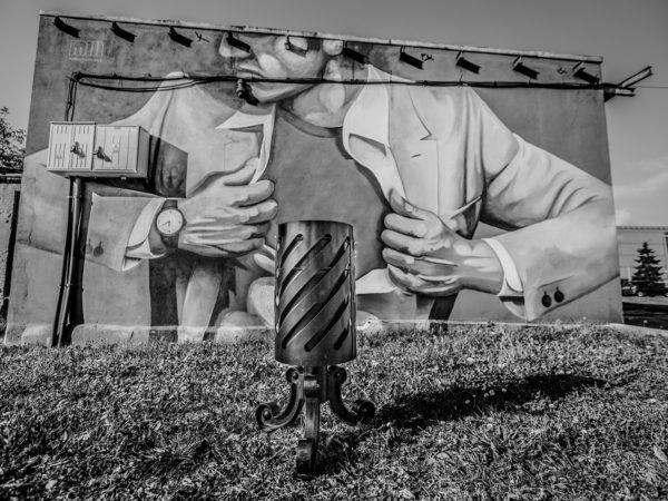 Kosz uliczny Praga III zdjęcie na tle muralu malaarchitektura.info.pl