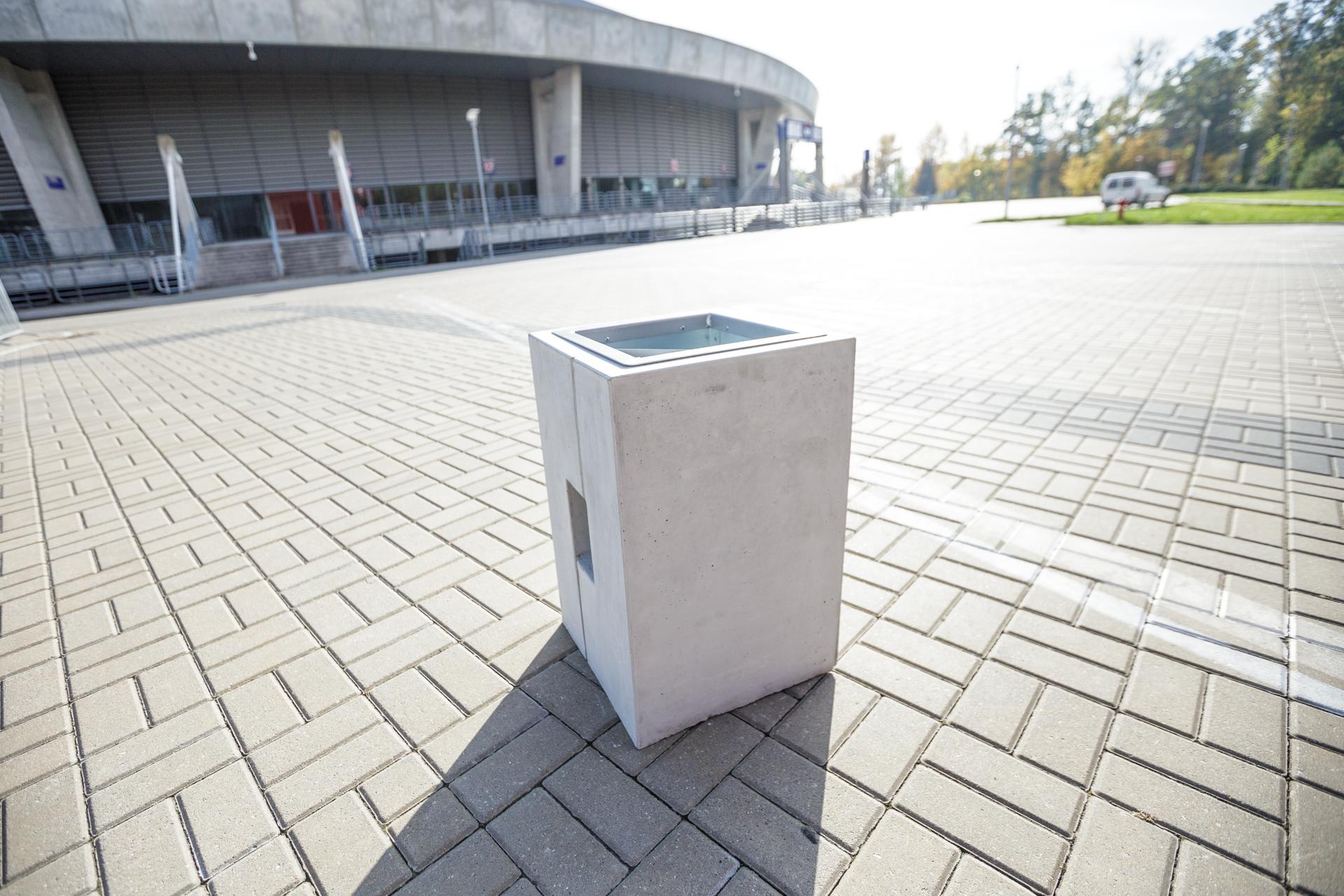 Kosz uliczny Roma zdjęcie pod areną malaarchitektura.info.pl