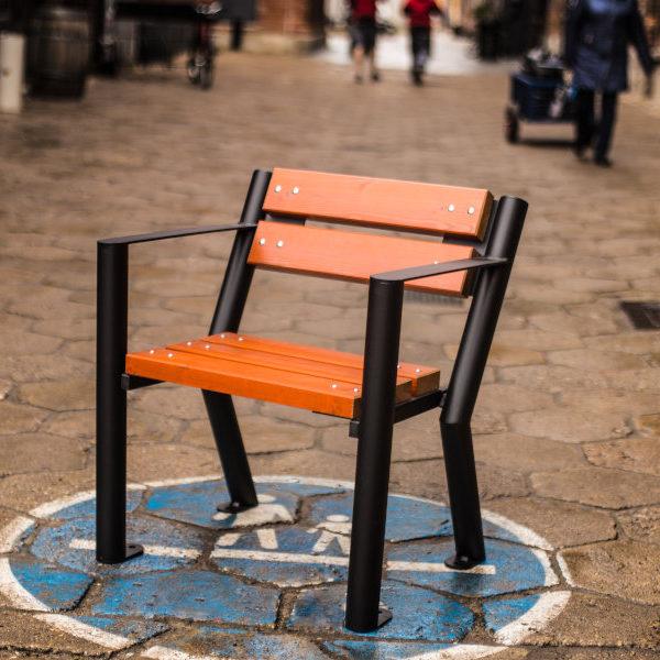 Krzesło parkowe Gladiator z podłokietnikiem zdjęcie na podwórku malaarchitektura.info.pl