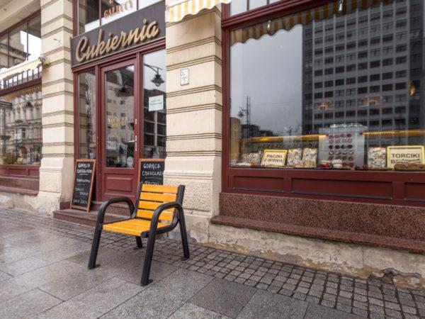 Krzesło parkowe Spartan Bis zdjęcie przed wejściem do cukierni malaarchitektura.info.pl