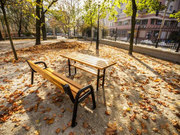 Stół miejski Spartan zdjęcie w parku na tle drzew malaarchitektura.info.pl