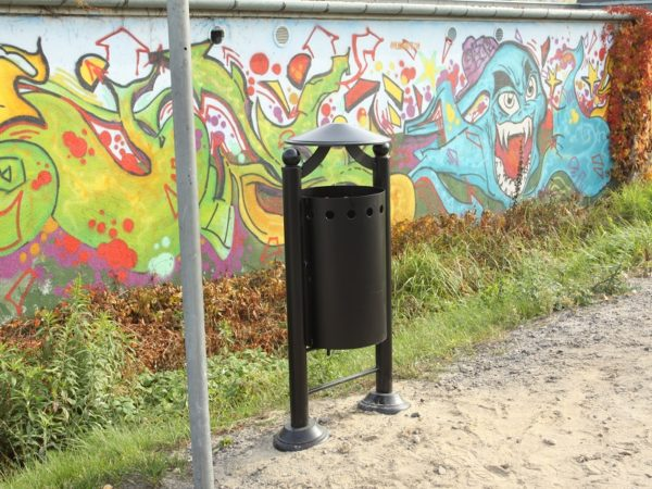 kosz parkowy Monako zdjęcie na tle graffiti malaarchitektura.info.pl