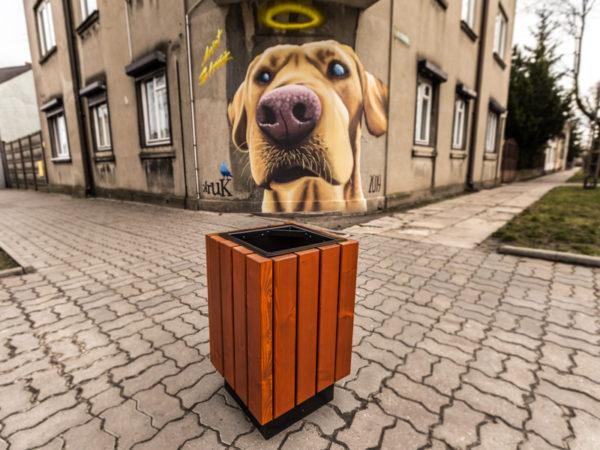 Kosz uliczny Centurion zdjęcie na tle muralu z psem malaarchitektura.info.pl