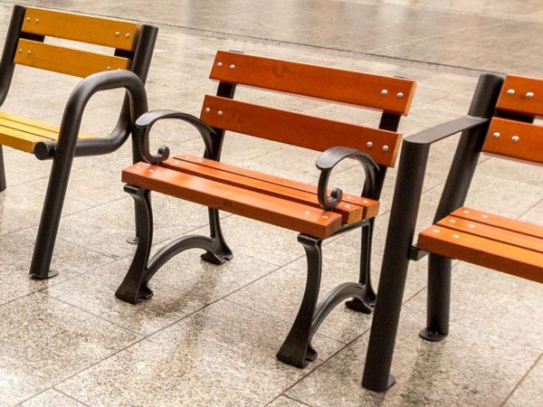 Krzesło parkowe gdańskie Bis zdjęcie na ulicy w otoczeniu innych produktów malaarchitektura.info.pl