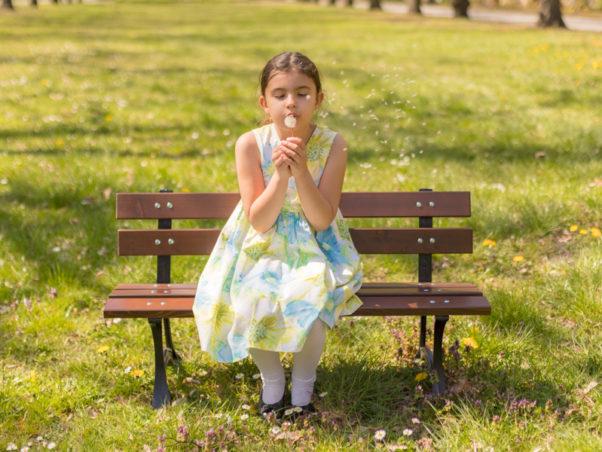 Ławka dziecięca Ptyś zdjęcie w parku z dziewczynką na ławce malaarchitektura.info.pl