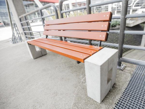 parkowa łąwka betonowa Roma Bis zdjęcie na tle barierek malaarchitektura.info.pl