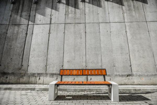 parkowa łąwka ROma prestige zdjęcie na tle betonowego muru malaarchitektura.info.pl