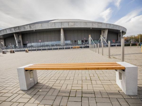 parkowa ławka betonowa Roma bez oparcia zdjęcie na tle Atlas Areny malaarchitektura.info.pl