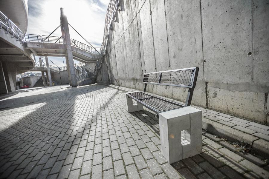 parkowa ławka betonowa Roma Solid zdjęcie w otoczeniu betonowego muru malaarchitektura.info.pl