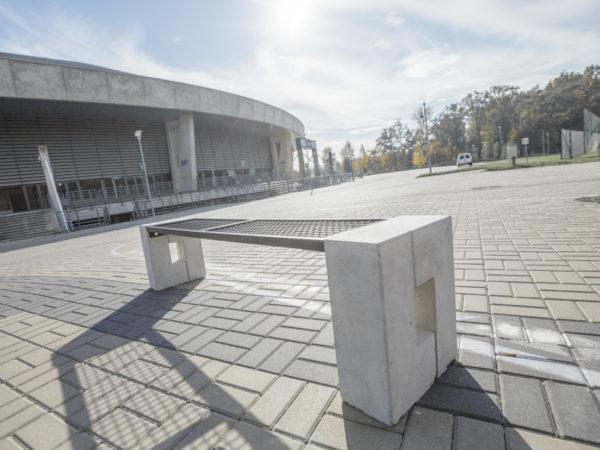 parkowa ławka Roma bez oparcia zdjęcie na tle Atlas Areny malaarchitektura.info.pl
