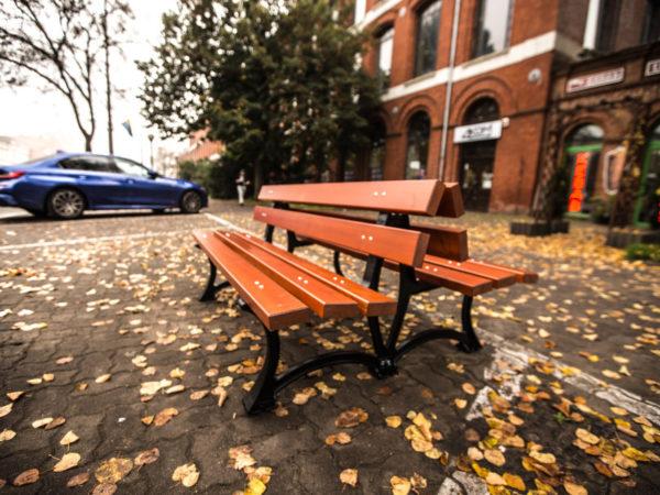 parkowa ławka żeliwna łódzka DUO zdjęcie na tle wejścia do budynku malaarchitektura.info.pl