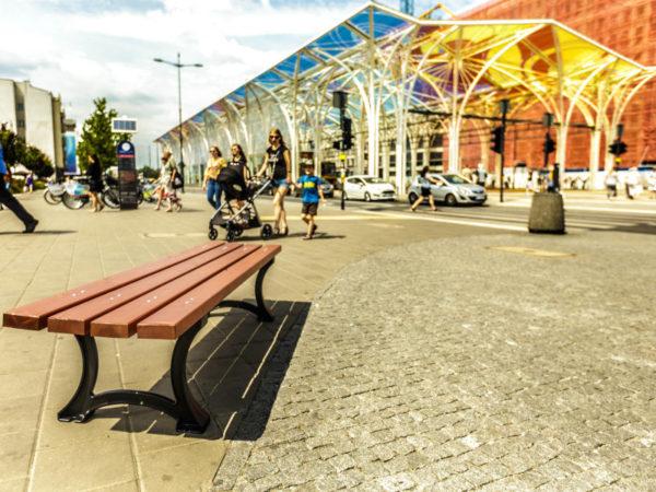 parkowa ławka żeliwna łódzka zdjęcie na tle stajni jednorożców malaarchitektura.info.pl
