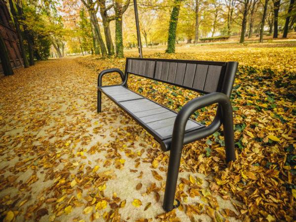 parkowa ławka stalowa Spartan WPC zdjęcie na tle jesiennych liści malaarchitektura.info.pl