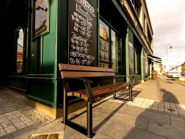 parkowa ławka stalowa Centurion zdjęcie przed pubem malaarchitektura.info.pl