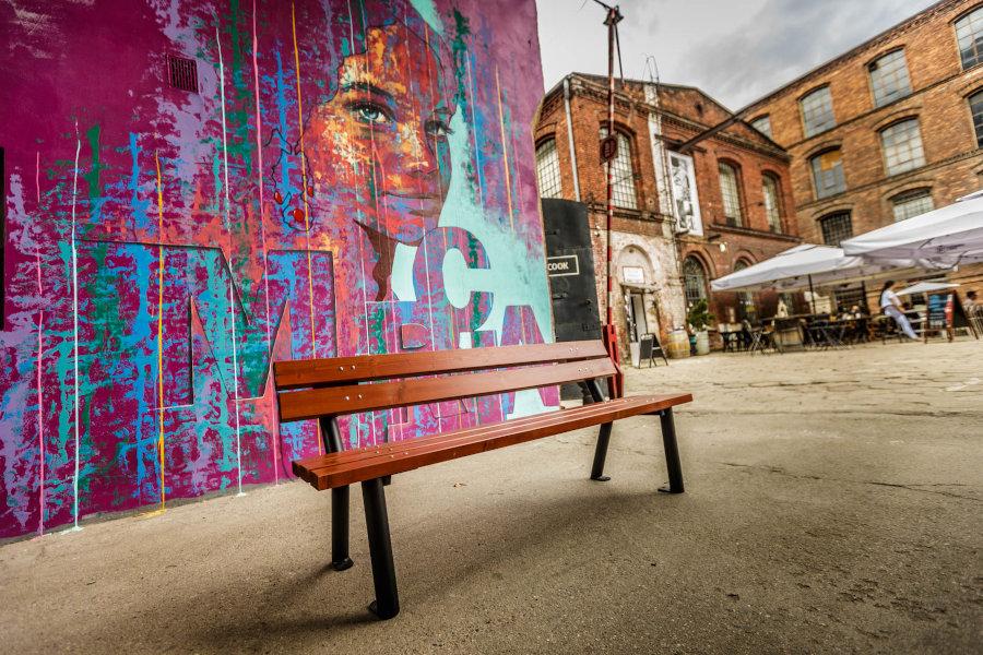parkowa ławka stalowa gladiator zdjęcie na tle muralu malaarchitektura.info.pl