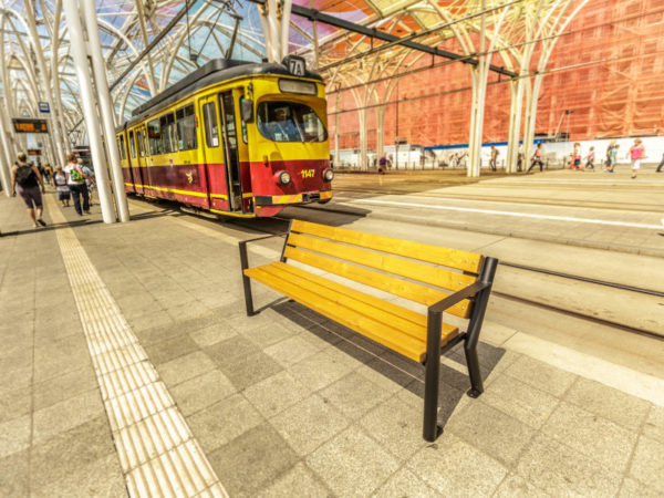 parkowa ławka stalowa Gladiator biz z podłokietnikiem zdjęcie na tle tramwaju malaarchitektura.info.pl