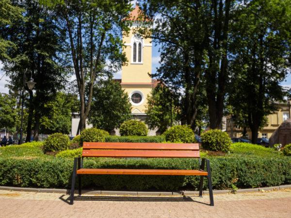 parkowa ławka stalowa Horus zdjęcie na tle kościoła malaarchitektura.info.pl
