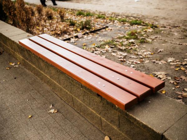 parkowa ławka stalowa ST2 zdjęcie na murku w parku malaarchitektura.info.pl