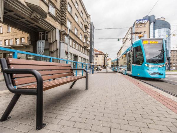 Parkowa ławka stalowa Viking Bis zdjęcie na tle tramwaju malaarchitektura.info.pl