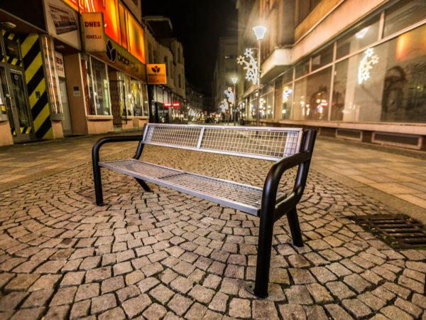 parkowa ławka stalowa Viking Solid zdjęcie w nocy na deptaku malaarchitektura.info.pl