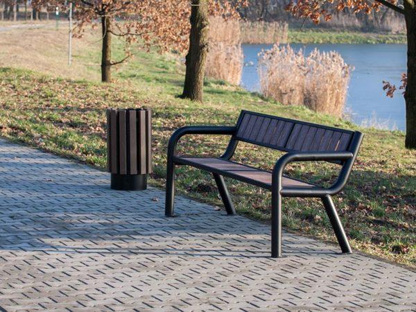 parkowa łąwka stalowa Viking WPC zdjęcie na tle jeziora malaarchitektura.info.pl
