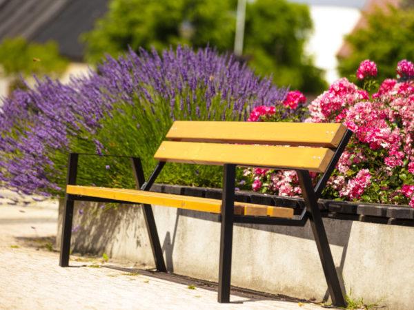 parkowa ławka stalowa Zeus zdjęcie na rynku na tle kwiatów malaarchitektura.info.pl