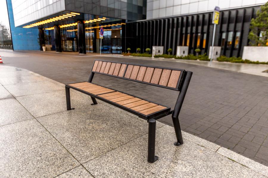 stalowa ławka parkowa Gladiator WPC zdjęcie przed wejściem do hotelu malaarchitektura.info.pl