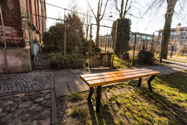 parkowa ławka stalowa Gladiator bez oparcia zdjęcie na podwórku malaarchitektura.info.pl