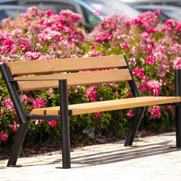 parkowa ławka stalowa Gladiator bis z podłokietnikiem zdjęcie na tle kwiatów malaarchitektura.info.pl