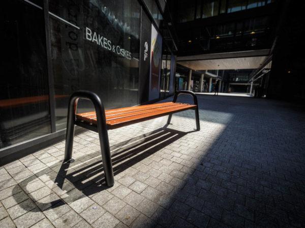 Parkowa ławka stalowa Spartan bez oparcia zdjęcie w centrum handlowym malaarchitektura.info.pl