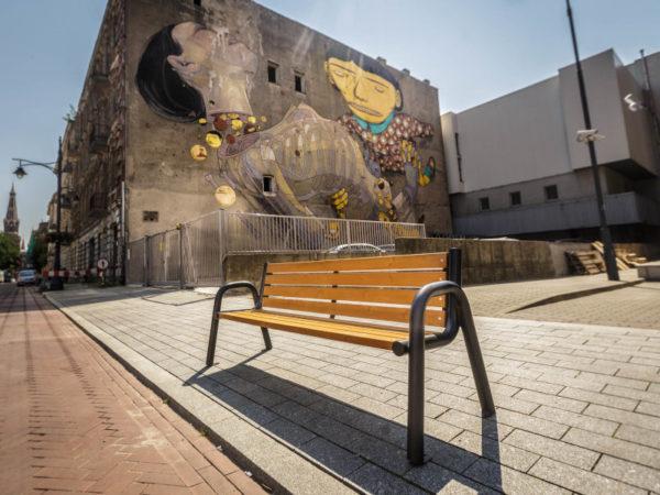 parkowa ławka stalowa Spartan bis zdjęcie na tle muralu malaarchitektura.info.pl