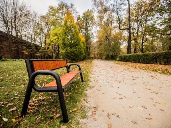 Parkowa ławka stalowa Spartan Prestige zdjęcie w parku malaarchitektura.info.pl