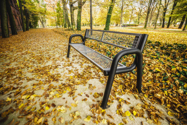 parkowa ławka stalowa Spartan Solid zdjęcie w parku jesienią malaarchitektura.info.pl