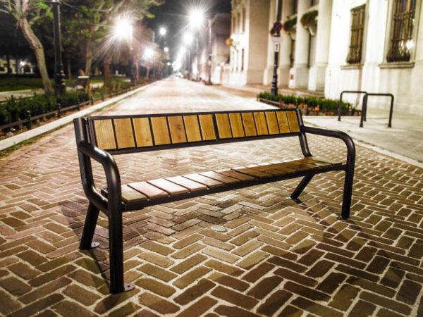 parkowa ławka stalowa Viking Prestige zdjęcie nocą na deptaku malaarchitektura.info.pl