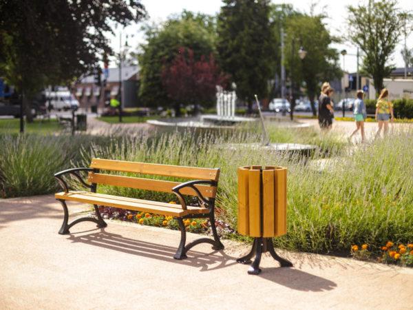 parkowa ławka żeliwna łódzka z podłokietnikiem zdjęcie na rynku na tle kwiatów malaarchitektura.info.pl