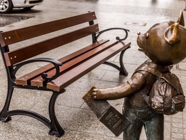 parkowa ławka dla dzieci Balbina zdjęcie przy rzeźbie Misia Uszatka malaarchitektura.info.pl