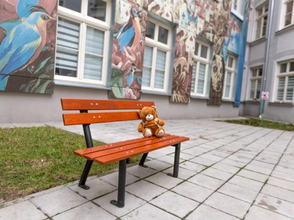 parkowa ławka dla dzieci Gapcio zdjęcie przed szkołą malaarchitektura.info.pl