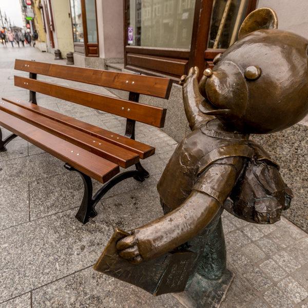 parkowa ławka dla dzieci Ptyś zdjęcie przy rzeźbie Misia Uszatka malaarchitektura.info.pl