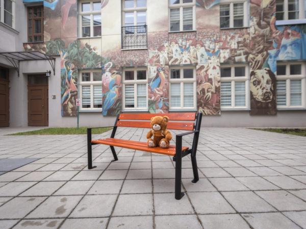 Parkowa ławka dla dzieci Śmiałek zdjęcie przed szkołą malaarchitektura.info.pl