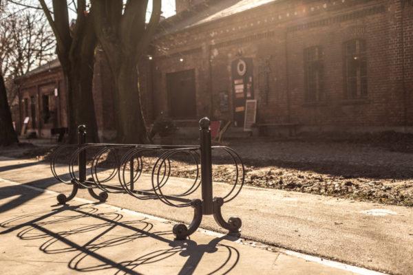 Stojak na rowery Praga 10 stanowisk zdjęcie na tle zabytkowego budynku z cegłu malaarchitektura.info.pl