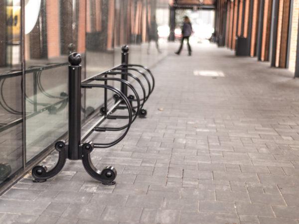 Stojak na rowery Praga 5 stanowisk zdjęcie na tle podcieni malaarchitektura.info.pl