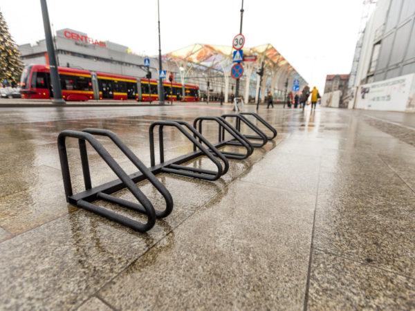 stojak na rowery Spartan zdjęcie na tle ulicy i tramwaju malaarchitektura.info.pl