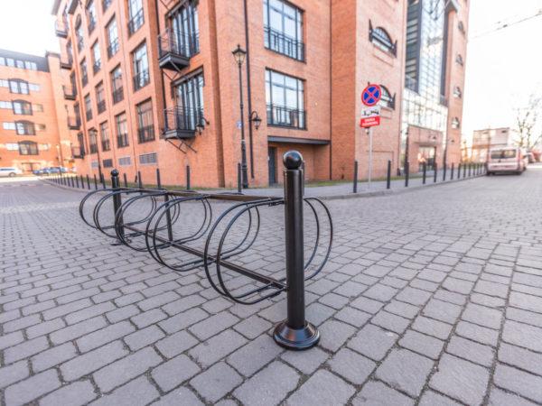 Stojak na rowery Wilno zdjęcie na tle nowoczesnych budynków malaarchitektura.info.pl