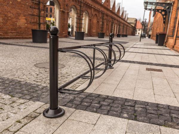 Stojak na rowery Wilno zdjęcie na tle kamienic malaarchitektura.info.pl
