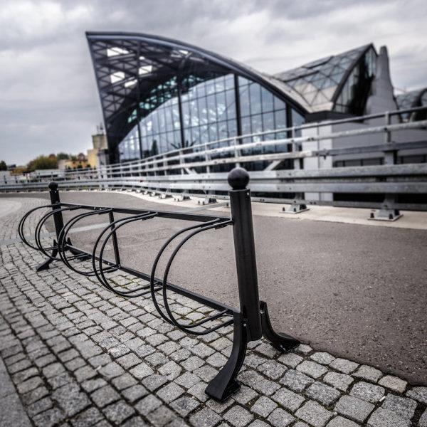 Stojak na rowery łódzki 5 stanowisk zdjęcie na tle dworca kolejowego malaarchitektura.info.pl