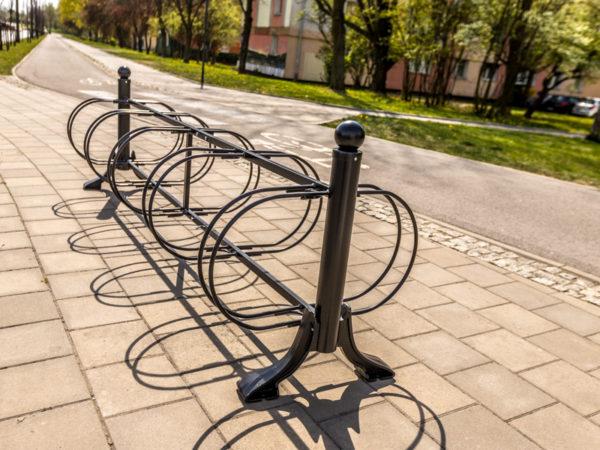 stojak na rowery łódzki 10 stanowisk zdjęcie przy ścieżce rowerowej malaarchitektura.info.pl